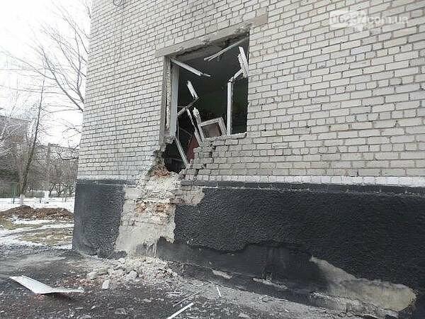 Без окон и потолка: в сети появилось видео из школы-интерната в прифронтовой Марьинке, фото-1