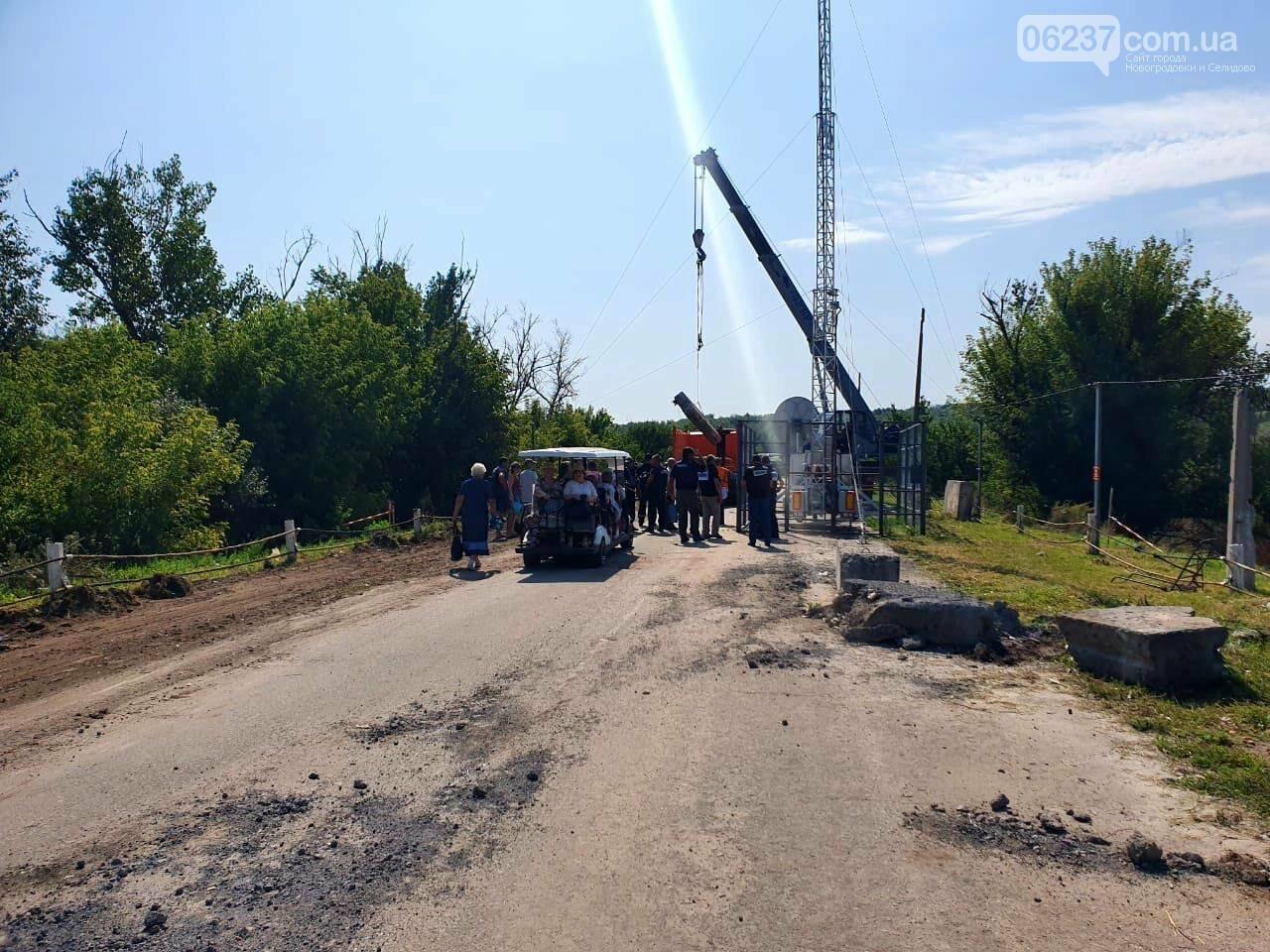 В Станице Луганской начался демонтаж укреплений возле разрушенного моста, фото-1