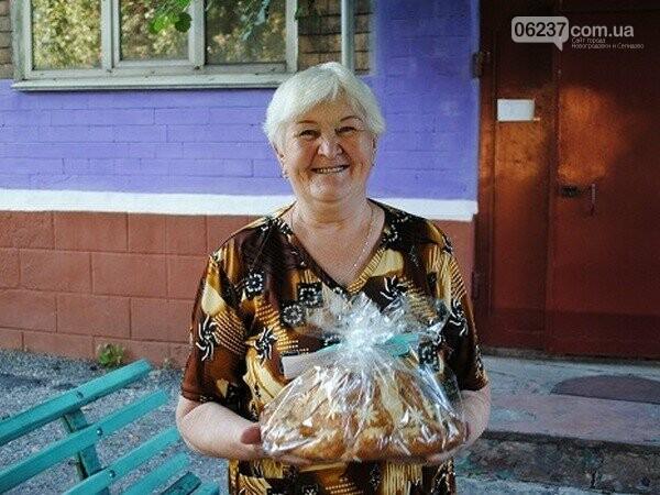 В Новогродовке 80-летним жителям города раздают караваи, фото-1