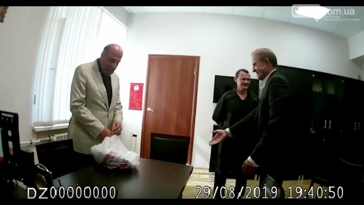 Рабинович и Медведчук привезли гостинцы Карпюку в московское «Лефортово», фото-1