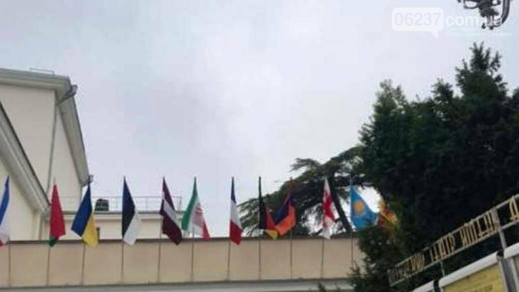 В Крыму над театром подняли украинский флаг, фото-1