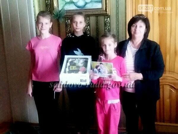 В честь Дня усыновления семьи из Селидово, Горняка и Украинска получили подарки, фото-1