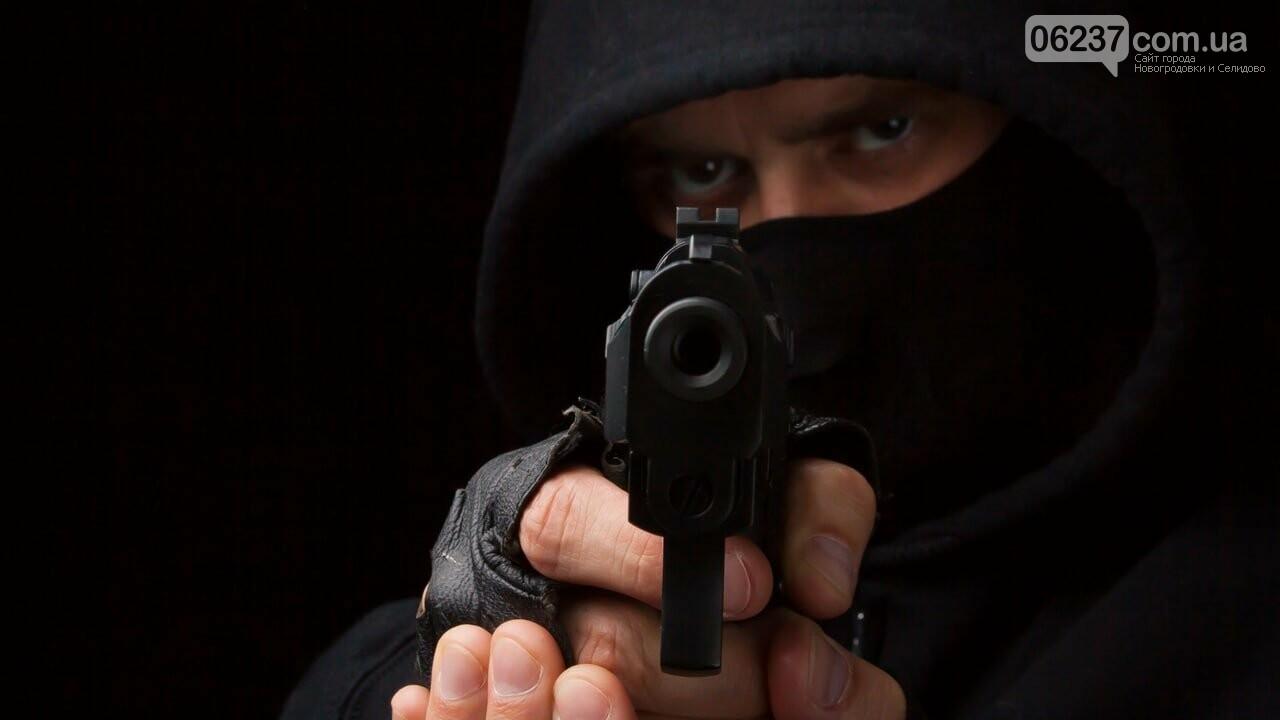 В Новогродовке парень с оружием в руках совершил дерзкое ограбление магазина, фото-1