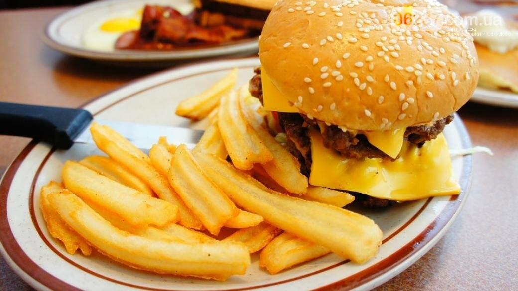 В Сети показали, во что превратятся бургер и картофель фри через 10 лет, фото-1
