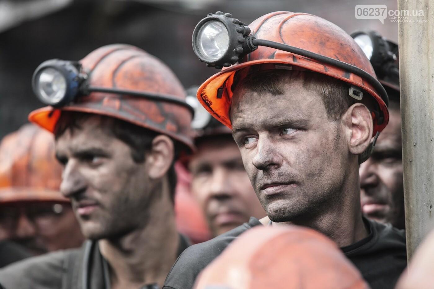 Денег нет, но вы держитесь: на шахте им. Засядько в Донецке отменили дневные автобусы для рабочих, а «про зарплату – тишина», фото-1