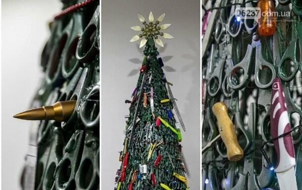 В аэропорту Вильнюса установили елку из запрещенных предметов, фото-1