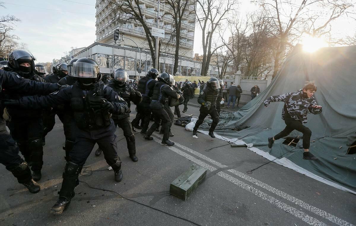 Нацкорпус после митингов убирает под Радой, фото-1