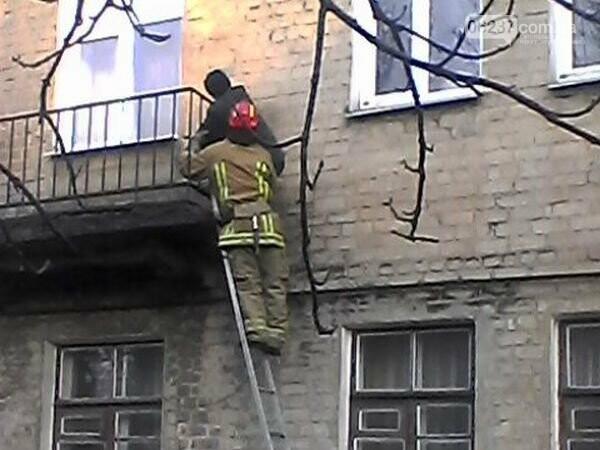 В Украинске спасателям пришлось снимать мужчину, который повис на балконе, фото-1