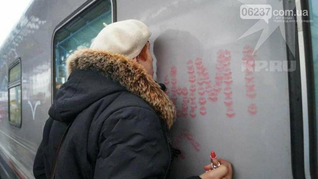 Пенсионерка в аннексированном Крыму расцеловала поезд Путина, фото-1