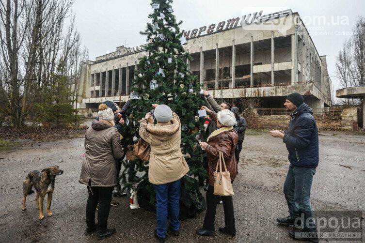 В Припяти впервые с момента аварии на ЧАЭС установили новогоднюю елку, фото-1