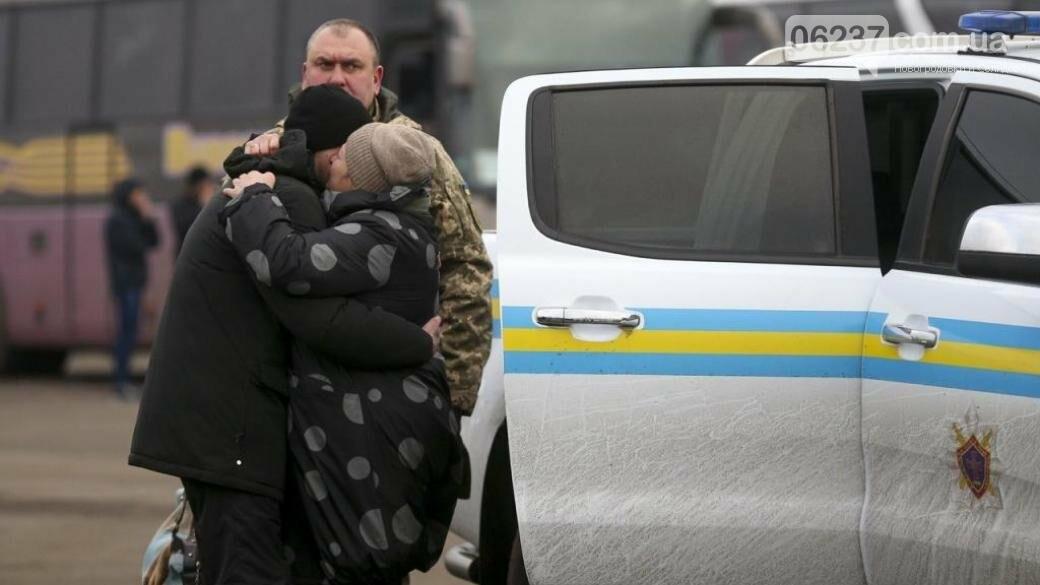 Офис президента опубликовал трогательные фото в первые минуты после освобождения украинских пленных, фото-1