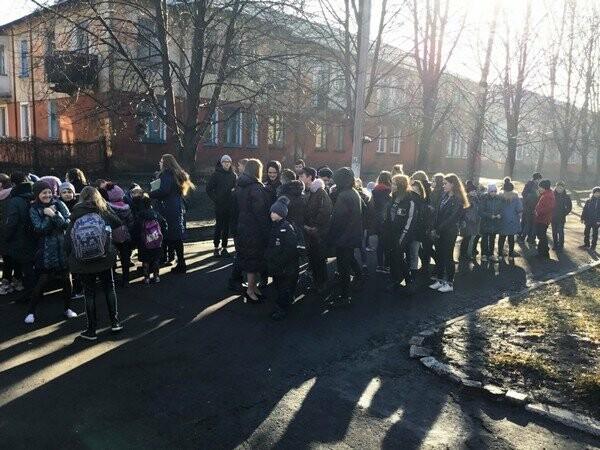 В Новогродовке спасатели эвакуировали учащихся из здания школы, фото-1