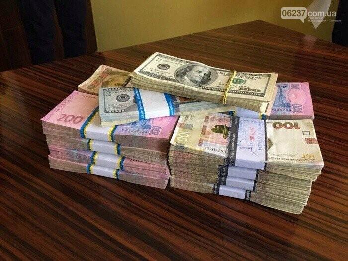 В украинских министерствах резко поднялись зарплаты до 400 тысяч гривен, фото-1