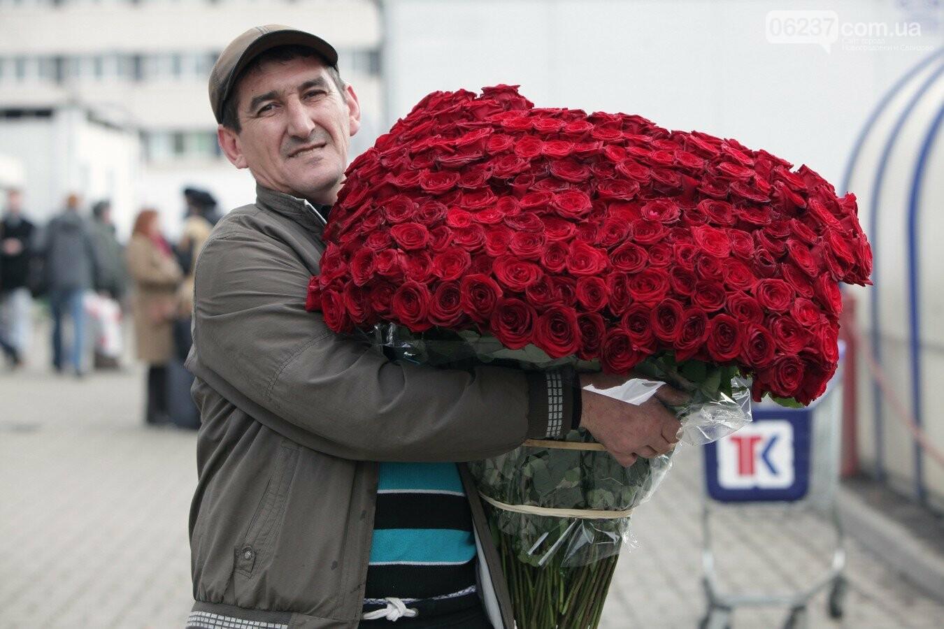 Криминальная романтика: в неподконтрольном Луганске мужчина отобрал у продавца полсотни роз, фото-1