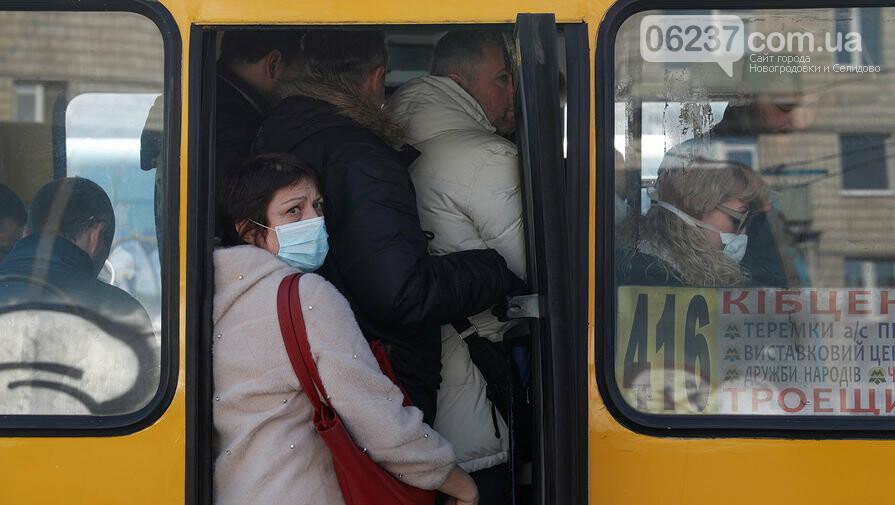 Киевские полицеские уверенно выводят из транспорта «лишних» пассажиров, фото-1