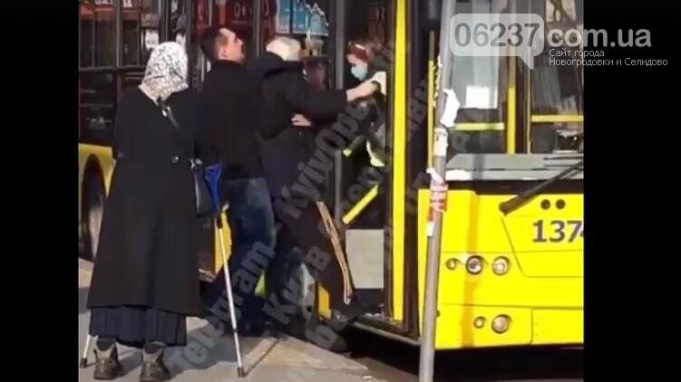 В Киеве водитель и кондуктор троллейбуса выбросили из салона старика без маски, фото-1