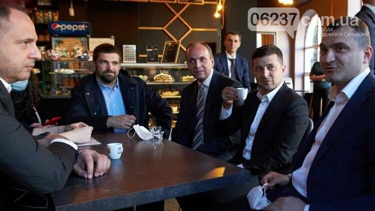 Зеленский в нарушение карантина выпил кофе внутри ресторана, фото-1